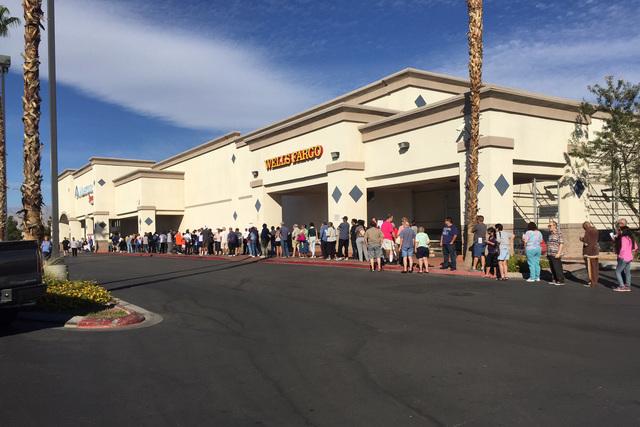 Voters line the exterior of Wells Fargo in Las Vegas on Saturday morning, Oct. 22, 2016. (@RavenJackson/Twitter)