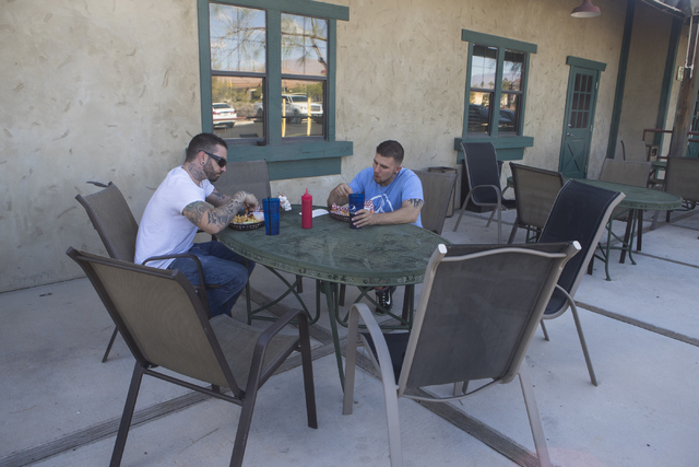 Brandon Moran, left and Jacob McCulloch eat at the Santa Fe Mining Company in Las Vegas on Saturday, Oct. 1, 2016. McCulloch donated his kidney to Brandon last year. (Loren Townsley/Las Vegas Revi ...