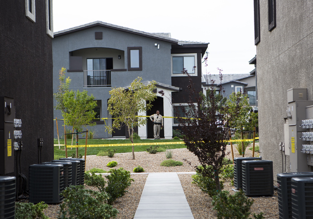 Las Vegas police investigate two deaths at Union Apartments in Las Vegas, on Thursday, Oct. 27, 2016. (Miranda Alam/Las Vegas Review-Journal Follow @miranda_alam)