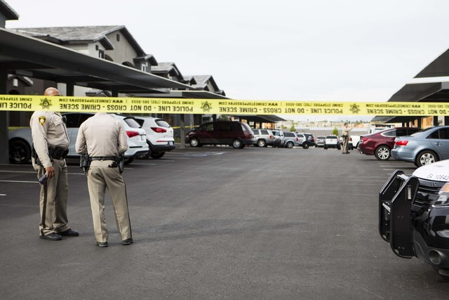 Las Vegas police investigate the scene of a double homicide at Union Apartments in Las Vegas, on Thursday, Oct. 27, 2016. (Miranda Alam/Las Vegas Review-Journal Follow @miranda_alam)