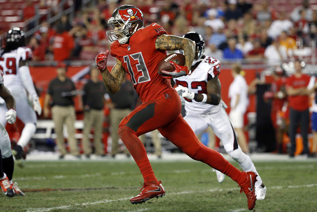 Hot Tampa Bay Buccaneers' Mike Evans apologizes for sitting during