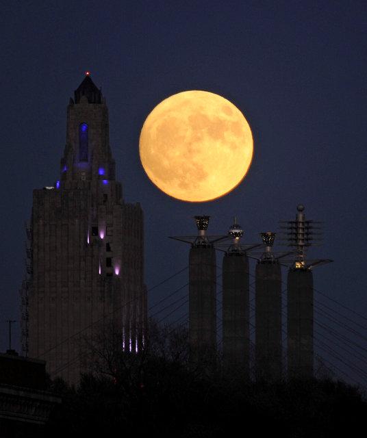 Lunar Sooner Super Moon Rises Over Las Vegas Las Vegas Review