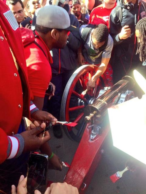 UNLV players take turns painting the Fremont Cannon red. (Courtesy @bayshelby/Twitter)