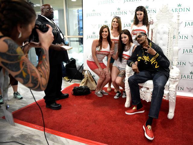 Guests from left, Rashelle Streckfuss, Krissy Beckstrand, Angelina Rain and Sheana Salke pose with rapper Snoop Dogg at Jardin cannabis dispensary Friday, Nov. 11, 2016, in Las Vegas. David Becker ...
