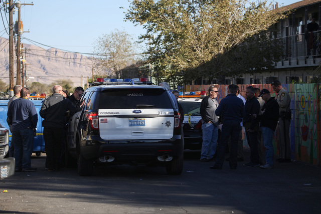 Police investigate the shooting death of a man at a Sunrise Avenue apartment in Las Vegas on Friday, Nov. 25, 2016. Brett Le Blanc/Las Vegas Review-Journal Follow @bleblancphoto