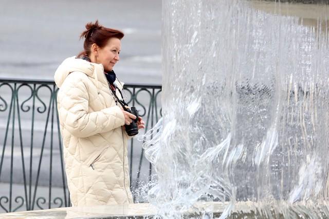 A tourist prepares to take a picture of the water fountain near The Venetian on the Las Vegas Strip. (Bizuayehu Tesfaye/Las Vegas Review-Journal Follow @bizutesfaye)