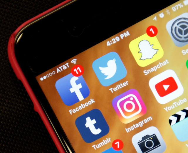 Social media apps on an iPhone. (Chitose Suzuki/Las Vegas Review-Journal) @chitosephoto