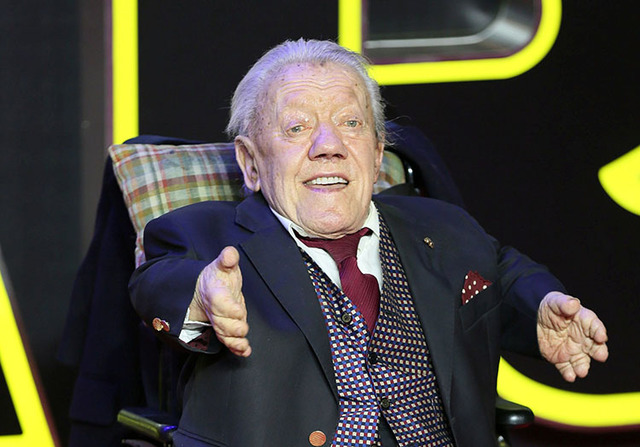 "Kenny Baker, who plays R2D2, arrives at the European Premiere of ""Star Wars: The Force Awakens"" in Leicester Square, London, December 16, 2015. (Paul Hackett/Reuters)"