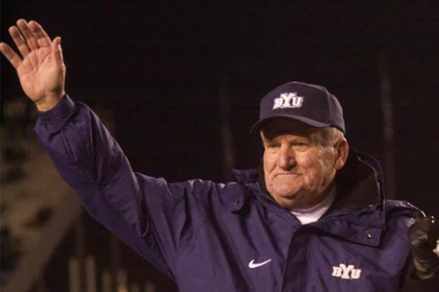 With his wife Patti by his side, coach LaVell Edwards waves to the crowd before leaving the BYU home field for the last time after beating New Mexico on November 18, 2000. (@sltrib/Twitter)