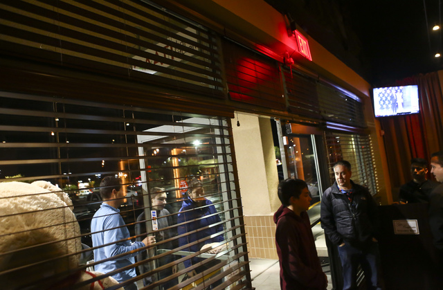 Customers arrive to pick up food and dine at Gaati Thai Kitchen in Henderson on Friday, Jan. 20, 2017. (Chase Stevens/Las Vegas Review-Journal) @csstevensphoto