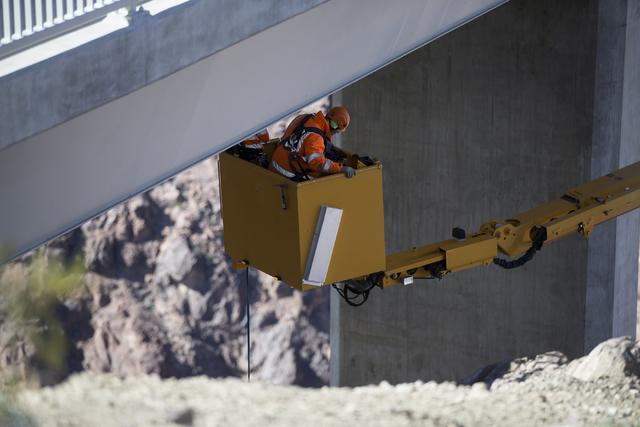 Crews inspect the Mike O'Callaghan-Pat Tillman Memorial Bridge for deficiencies at the Hoover Dam, Tuesday, Jan. 31, 2017. (Erik Verduzco/Las Vegas Review-Journal) @Erik_Verduzco