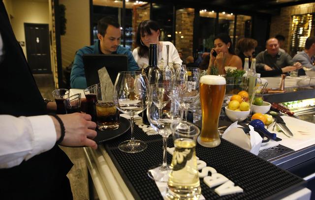 A server picks up a drink order at Nora's Italian Cuisine on Friday, Jan. 6, 2017, in Las Vegas. (Christian K. Lee/Las Vegas Review-Journal) @chrisklee_jpeg