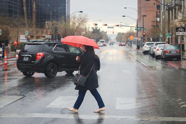 Rain brings out umbrellas in Las Vegas on Friday, Jan. 13, 2017. (Brett Le Blanc/Las Vegas Review-Journal) @bleblancphoto