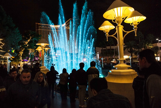 A crowd watches the fountain outside the Wynn Las Vegas on the Strip on Saturday, Dec. 31, 2016. (Benjamin Hager/Las Vegas Review-Journal)