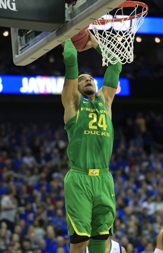 Oregon forward Dillon Brooks dunks the ball during the first half of a regional final against Kansas in the NCAA men's college basketball tournament, Saturday, March 25, 2017, in Kansas City, Mo.  ...