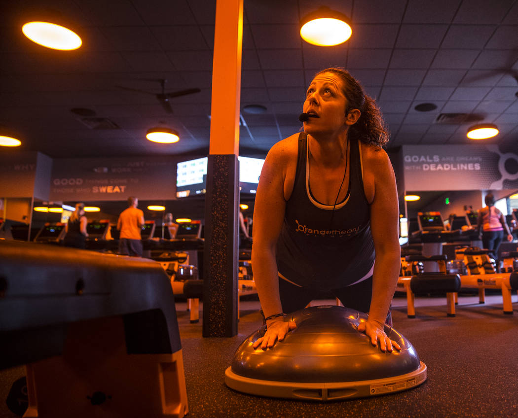 Coach Crystal Banda does pushups during a training session at Orangetheory Fitness on Wednesday, April 5, 2017, in Las Vegas. (Benjamin Hager/Las Vegas Review-Journal) @benjaminhphoto