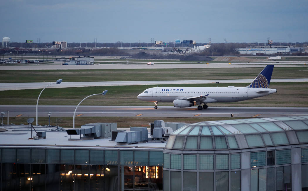 A United Airline Airbus A320 aircraft lands at O'Hare International Airport in Chicago, Illinois, U.S., April 11, 2017. (Kamil Krzaczynski)