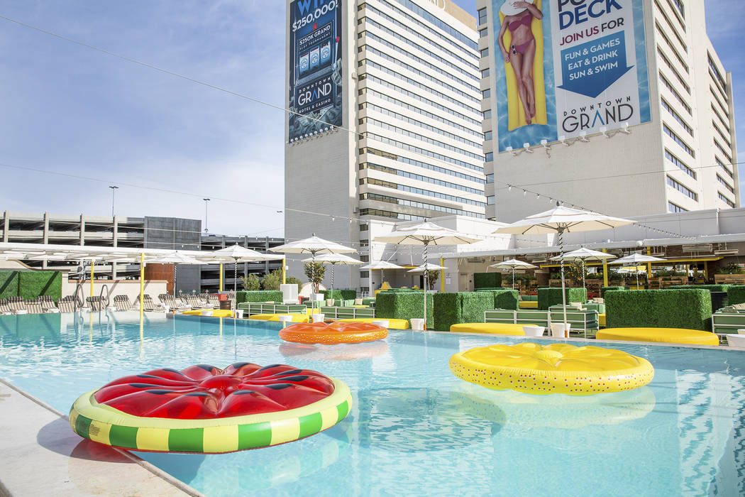 5 best recently revamped las vegas pools las vegas for Above ground pool decks las vegas