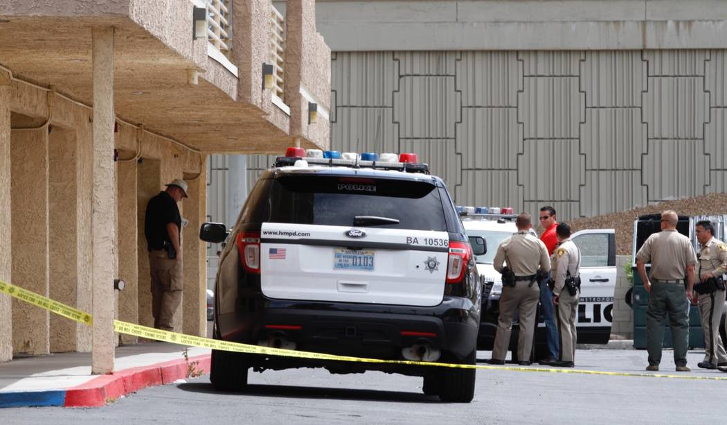 Police investigate a stabbing at Bonanza Park Studios West apartments at 2221 W. Bonanza Road, Sunday, April 23, 2017. (Chitose Suzuki/Las Vegas Review-Journal) @chitosephoto