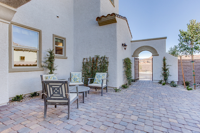 Century Communities offers a courtyard near the entrance to the home. (COURTESY OF CENTURY COMMUNITIES)