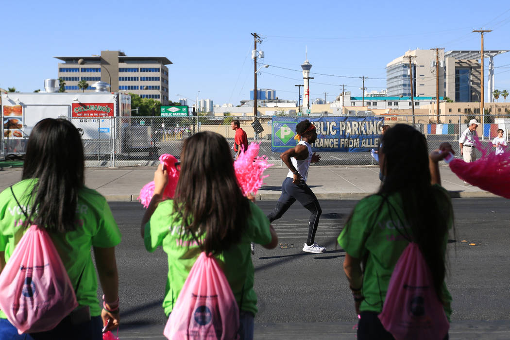 Spectators cheer on a runner during the final stretch of the Susan G. Komen Race for the Cure on Saturday, May 6, 2017, in Las Vegas. Brett Le Blanc Las Vegas Review-Journal @bleblancphoto