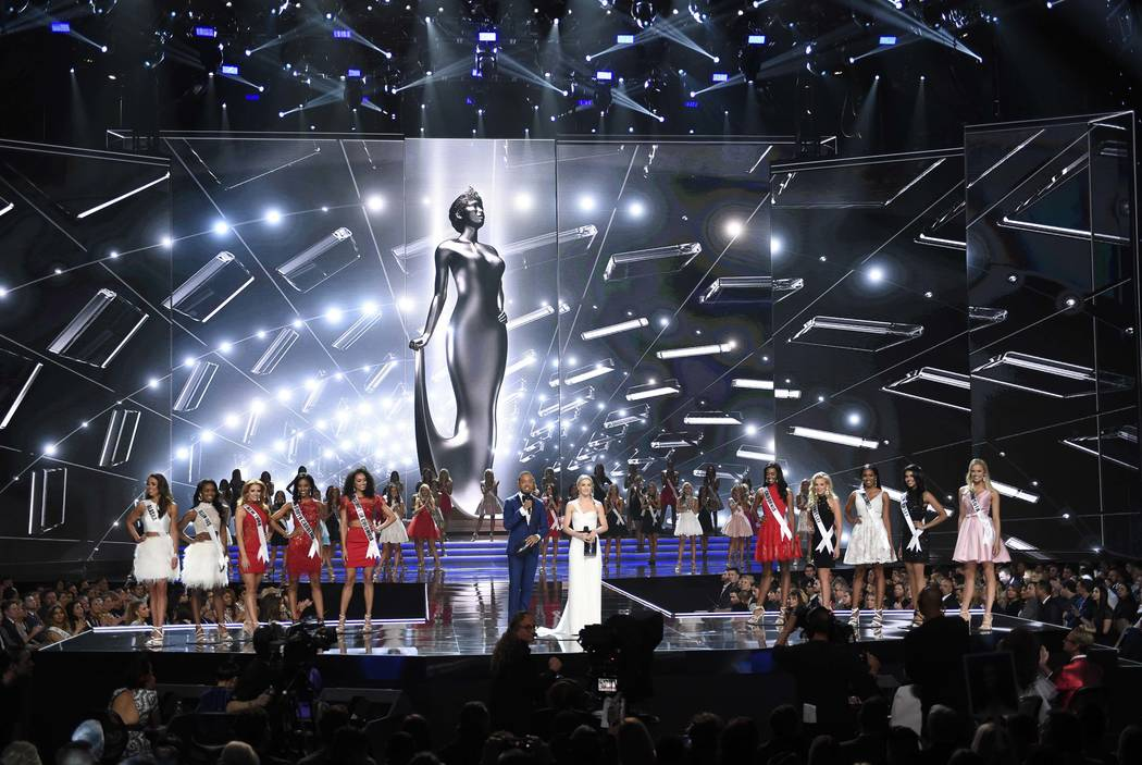 2017 Miss USA  – Las Vegas, Nevada, U.S., 14/05/2017 - Show hosts Terrence J and Julianne Hough (C) stand with contestants during the evening gown competition. REUTERS/David Becker