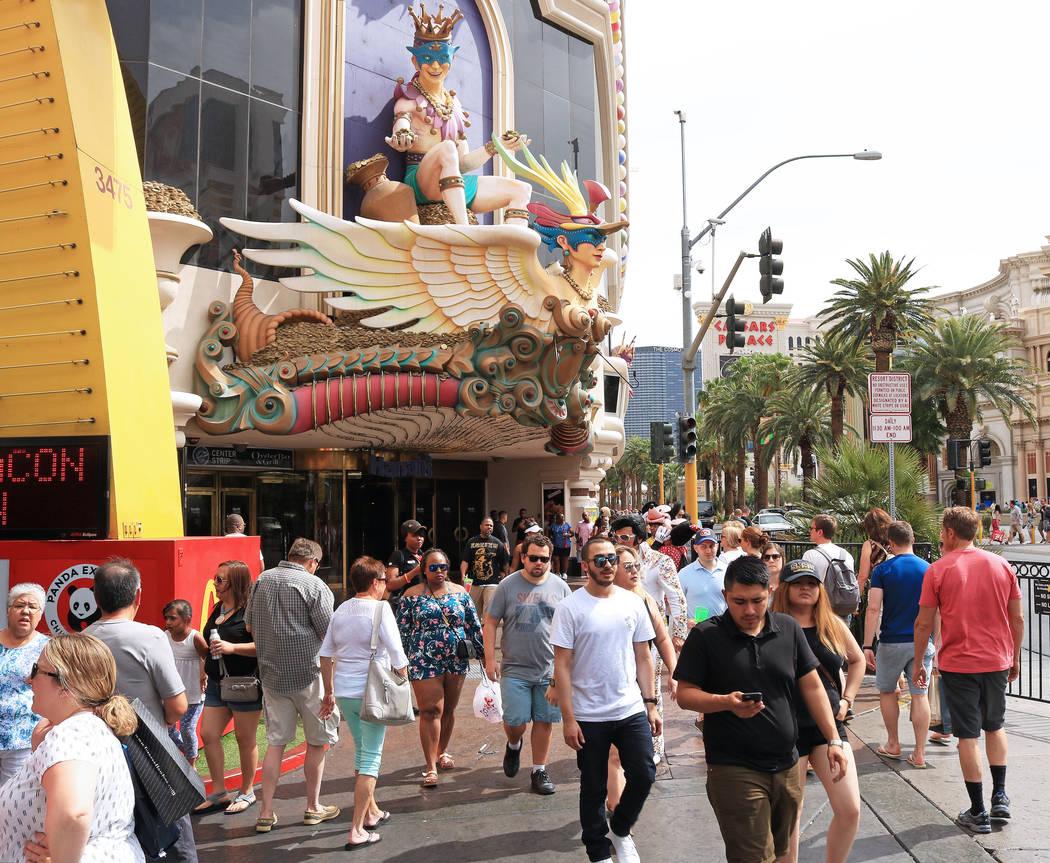 Tourists walk pass the Harrah's hotel-casino, Wednesday, May 31, 2017. Gabriella Benavidez Las Vegas Review-Journal @latina_ish