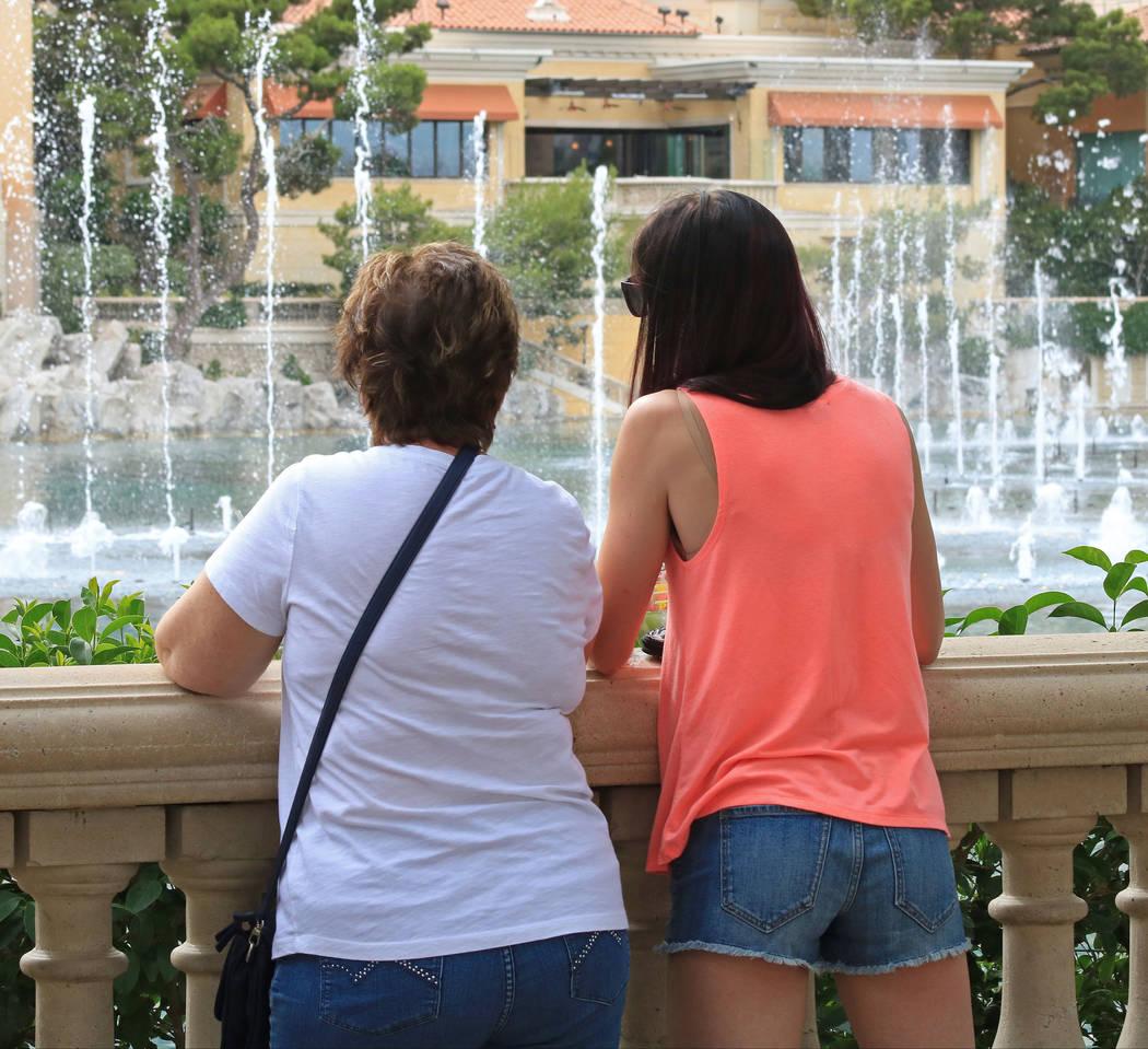 Liz Adams, left, and daughter Adrienne Adams watch the Fountains of Bellagio, Wednesday, May 31, 2017. Gabriella Benavidez Las Vegas Review-Journal @latina_ish