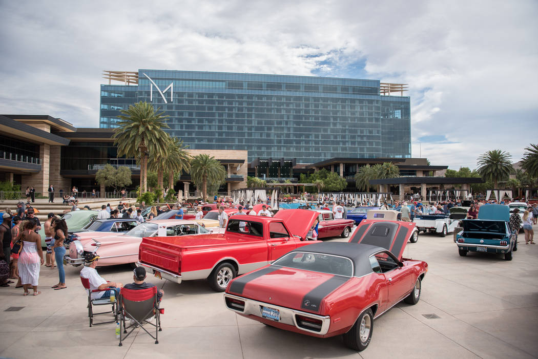 Hot rods stay cool by the pool photos las vegas review for Pool show vegas