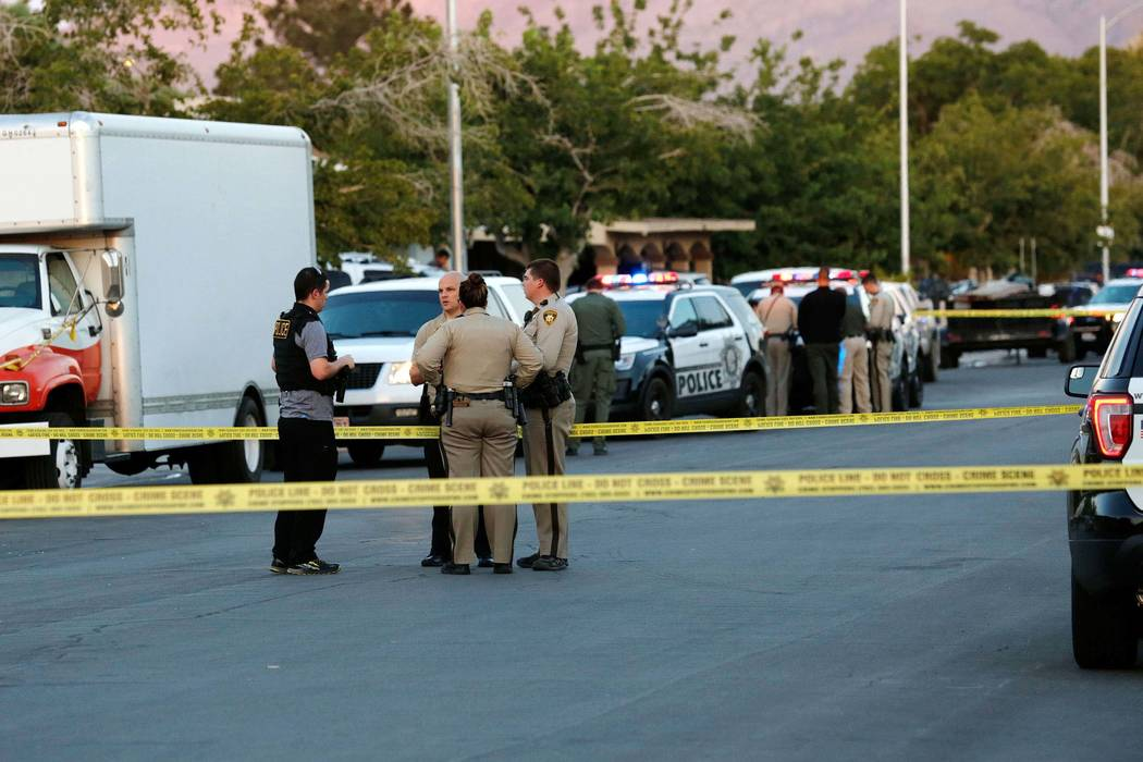 Police officers investigate a shooting on Wendy Lane in Las Vegas, Sunday, June 25, 2017. (Chitose Suzuki Las Vegas Review-Journal) @chitosephoto