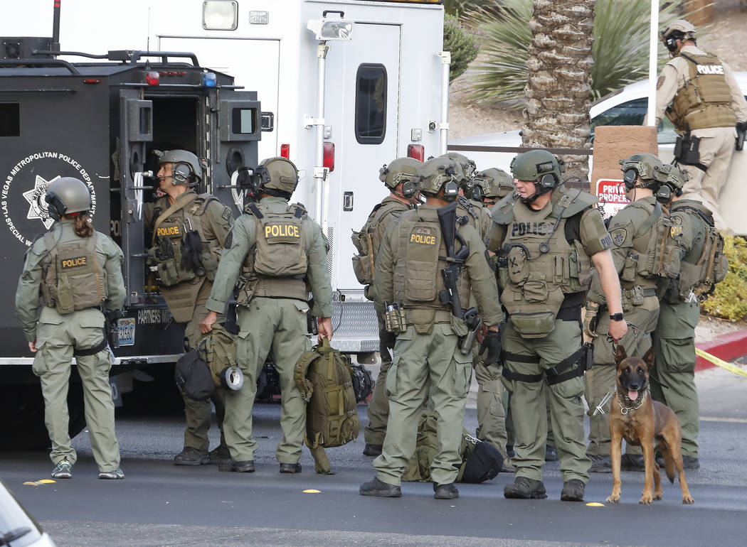 Las Vegas SWAT officers are at the scene of a barricade situation at an apartment complex at 2851 S. Decatur Blvd., just south of Sahara Avenue, Monday, July 10, 2017, in Las Vegas. Bizuayehu Tesf ...