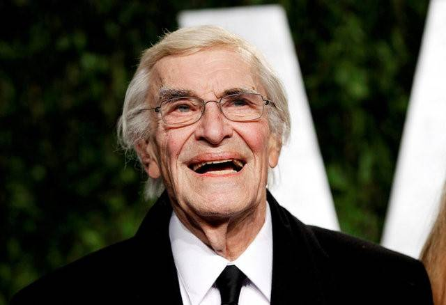 FILE PHOTO -  Actor Martin Landau smiles as he arrives at the 2012 Vanity Fair Oscar party in West Hollywood, California February 26, 2012.  REUTERS/Danny Moloshok/File Photo
