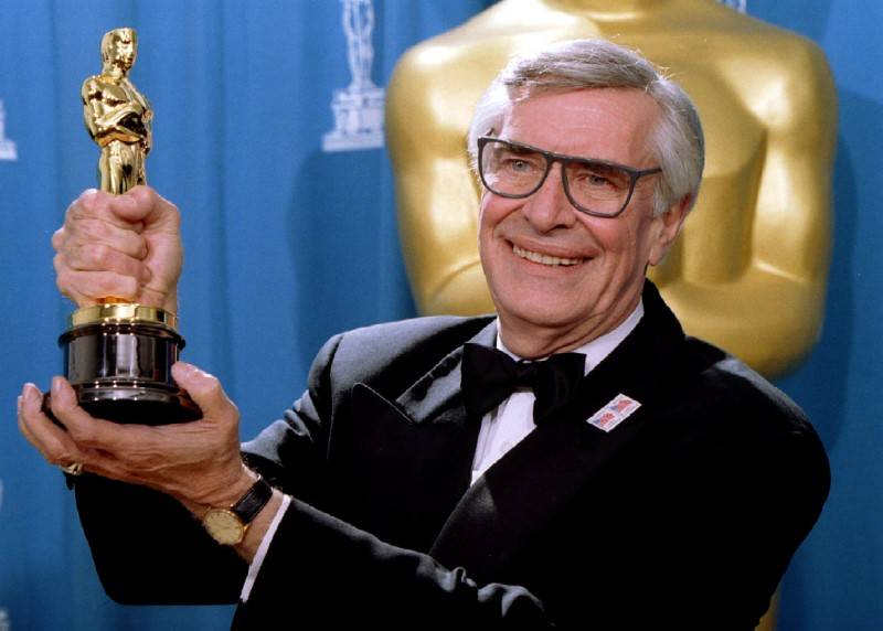 FILE PHOTO - Actor Martin Landau displays the Oscar he won for Best Supporting Actor at the 67th Annual Academy Awards in Los Angeles ,March 27, 1995 REUTERS/Blake Sell/File Photo