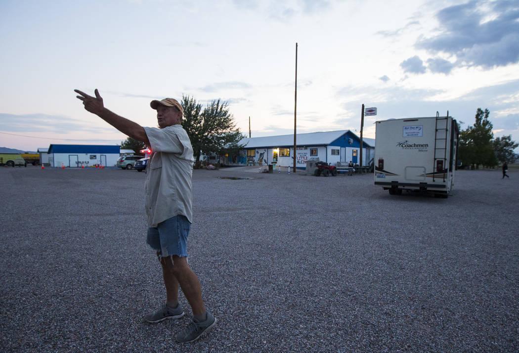 Volunteer Steve Delaney prepares for the Extra Terrestrial Full Moon Midnight Marathon outside of the Little A'Le'Inn in Rachel on Saturday, Aug. 5, 2017. (Chase Stevens/Las Vegas Review-Journal)  ...