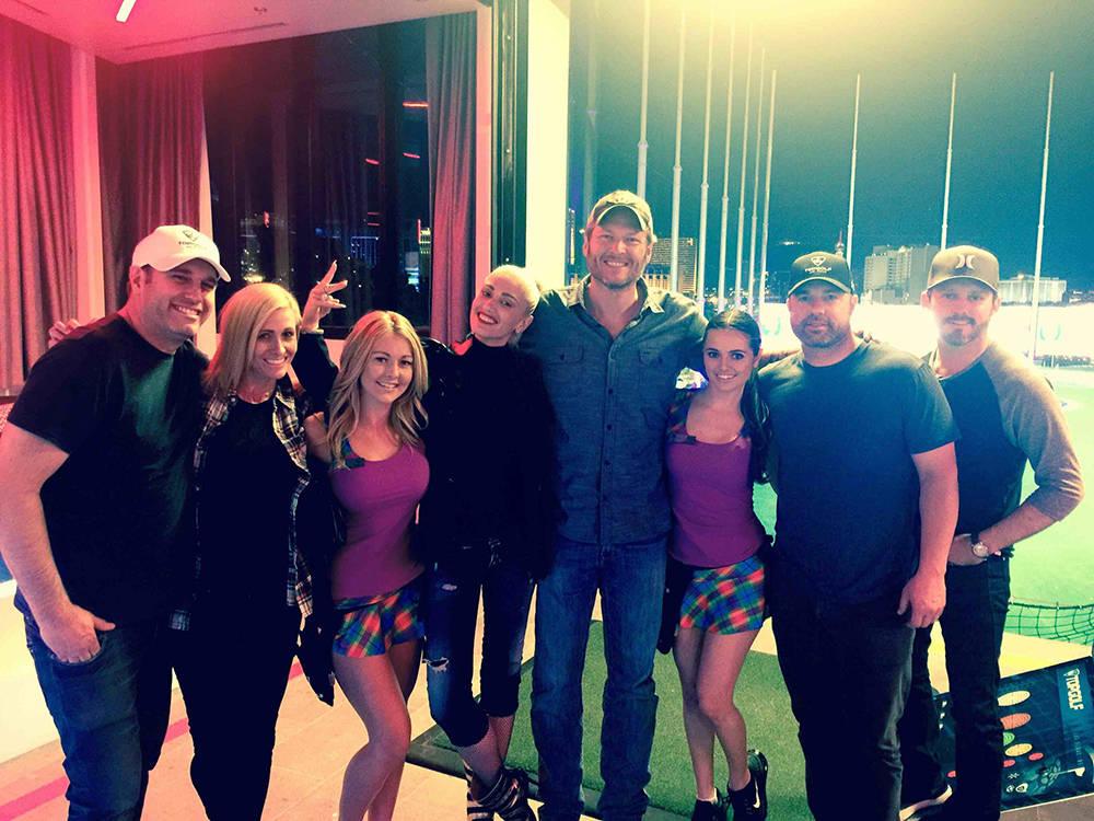 Gwen Stefani & Blake Shelton with the staff at Top Golf. (Michael Baxter, Baxter Imaging LLC)
