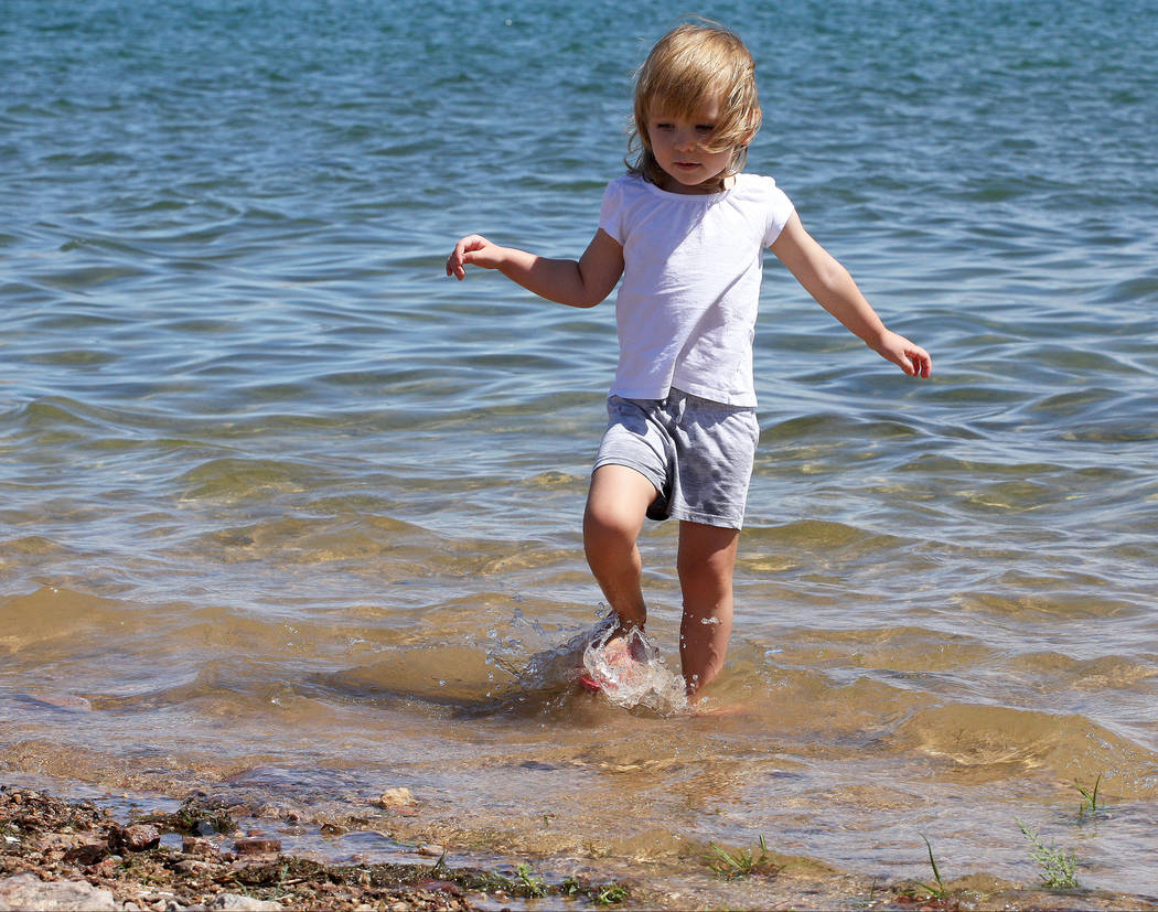 Andie Butterfield, 3, splashes around the shoreline of Lake Mead near the Lake Mead Marina, Tuesday, Aug. 15, 2017. Gabriella Benavidez Las Vegas Review-Journal @latina_ish