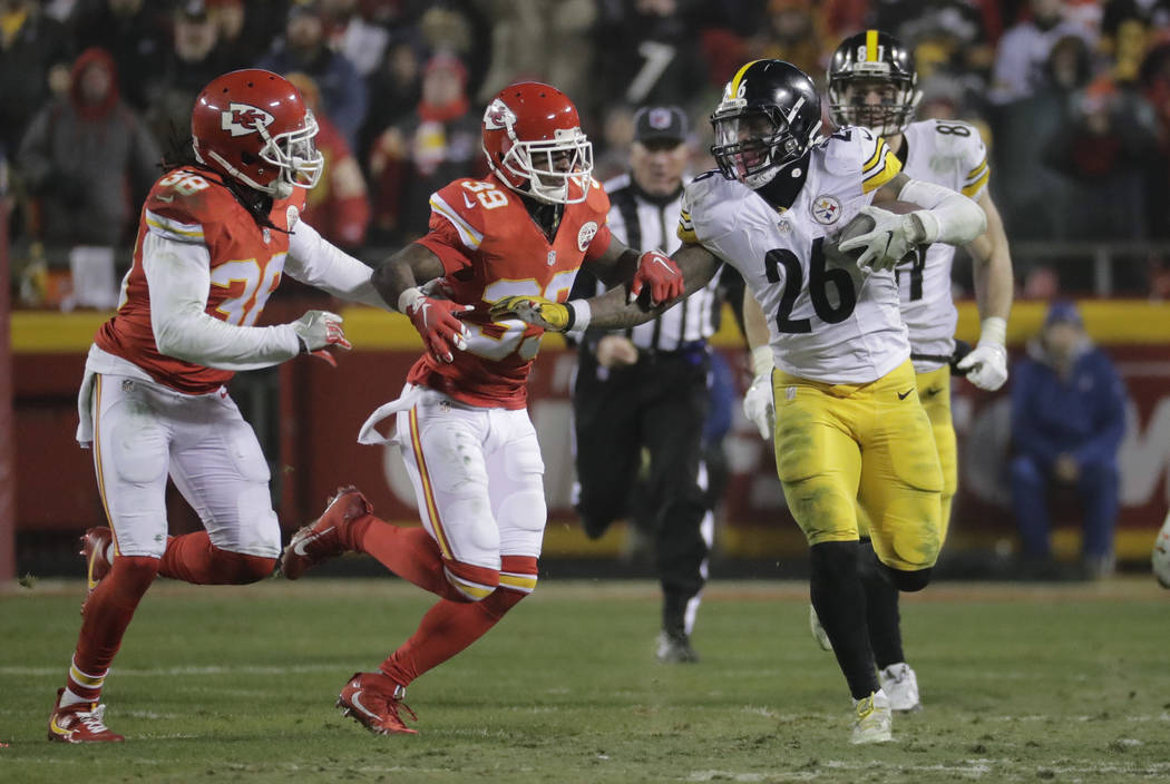 Pittsburgh Steelers running back Le'Veon Bell (26) runs Kansas City Chiefs during the second half of an NFL divisional playoff football game Sunday, Jan. 15, 2017, in Kansas City, Mo. (AP Photo/Ch ...