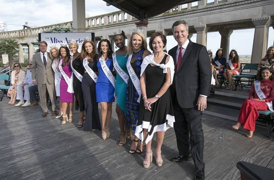 """Chairman of the Miss America board, Lynn Weidner from Las Vegas, second from right, and """"Millionaire"""" host Chris Harrison, right, pose with contestants in Atlantic City.  Harrison will emcee t ..."""