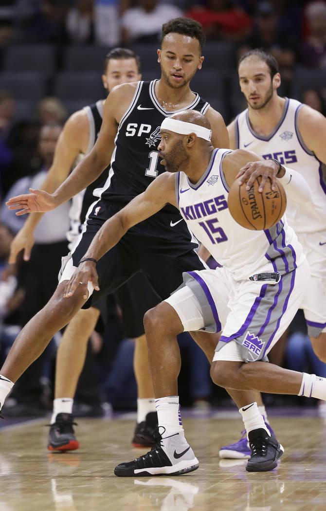 San Antonio Spurs guard Kyle Anderson, left, guards Sacramento Kings guard Vince Carter during the first quarter of an NBA preseason basketball game Monday, Oct. 2, 2017, in Sacramento, Calif. (AP ...