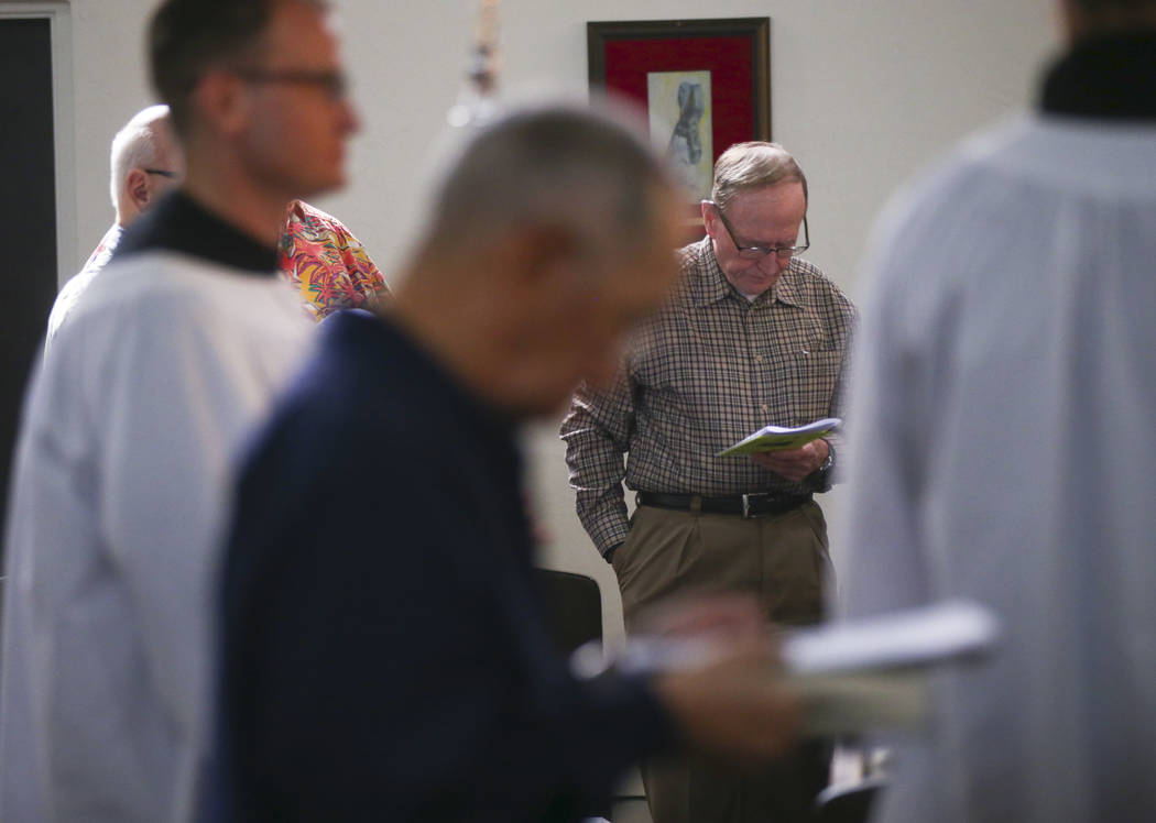 Former Nevada Gov. and U.S. Sen. Richard Bryan, center, during a service led by The Rev. Barry Vaughn, Rector at Christ Church Episcopal in Las Vegas on Sunday, Oct. 8, 2017. Chase Stevens Las Veg ...