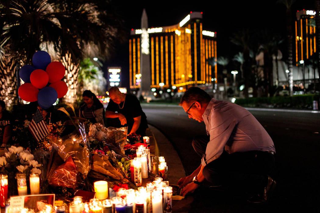 Jim Synder, de 51 años, asiste a una vigilia en recuerdo de las víctimas de disparos masivos a lo largo del Strip, cerca de Mandalay Bay, en Las Vegas, el jueves 5 de octubre de 2017. El tiroteo ...