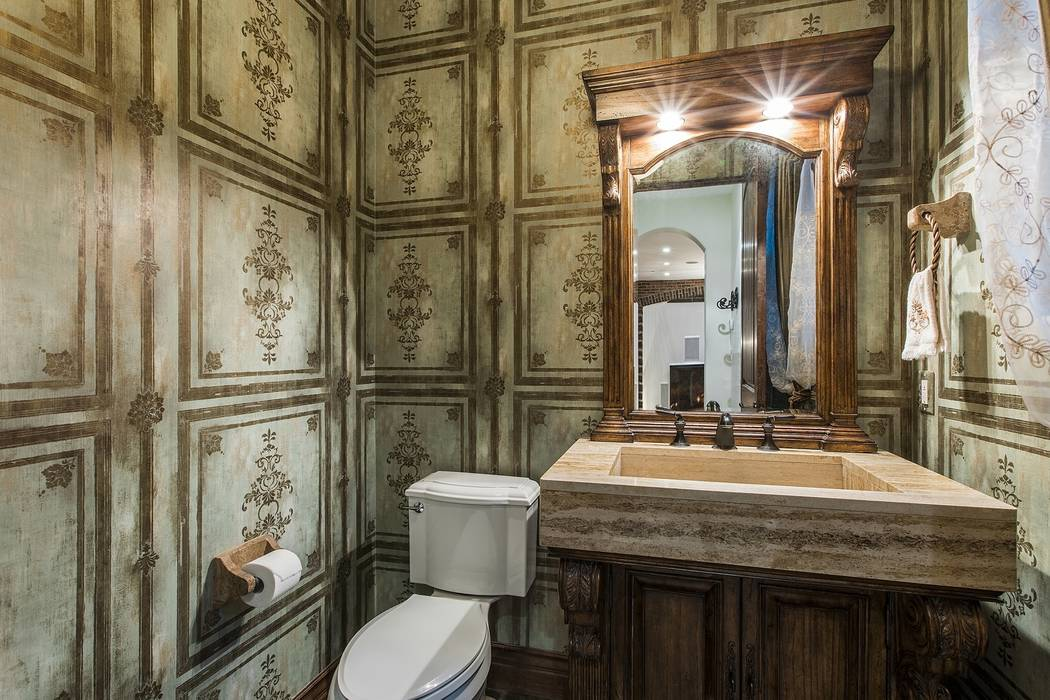 A guest bath. (Team Carver, Berkshire Hathaway Home Services)
