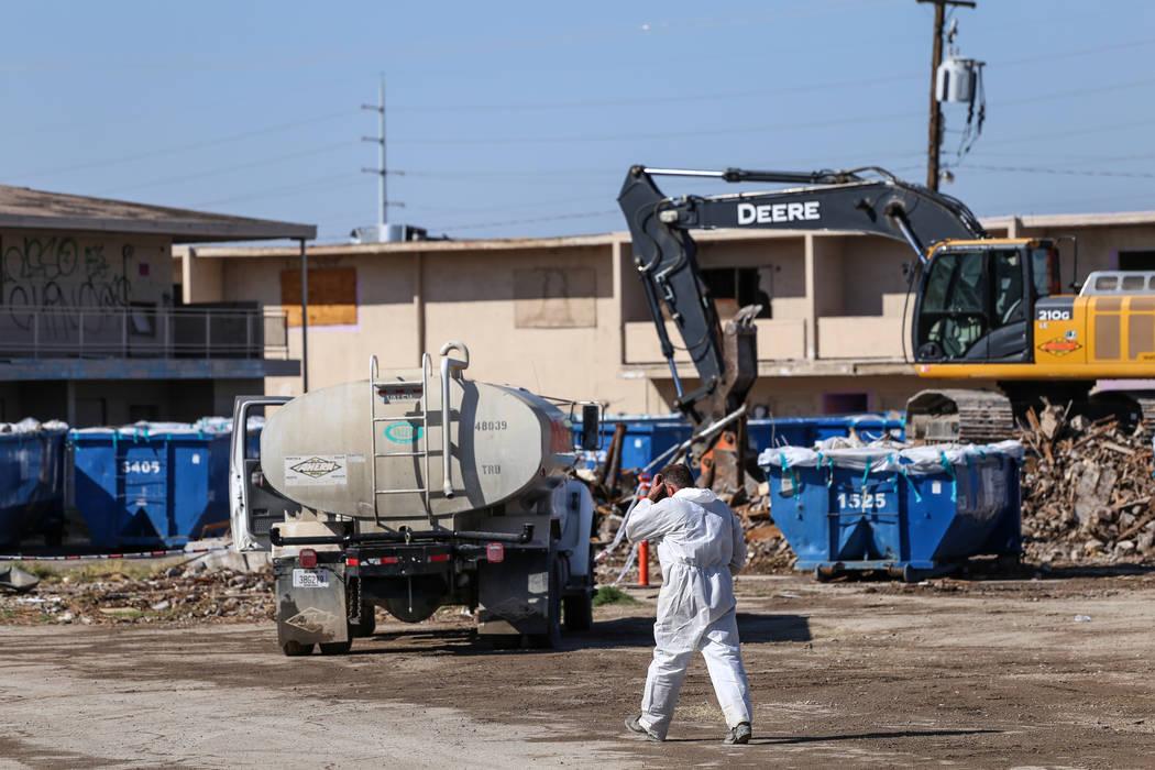 Un trabajador regresa a su vehículo mientras los equipos limpian los restos del demolido Moulin Rouge en Las Vegas, el jueves 19 de octubre de 2017. Joel Angel Juárez Las Vegas Review-Journal @  ...