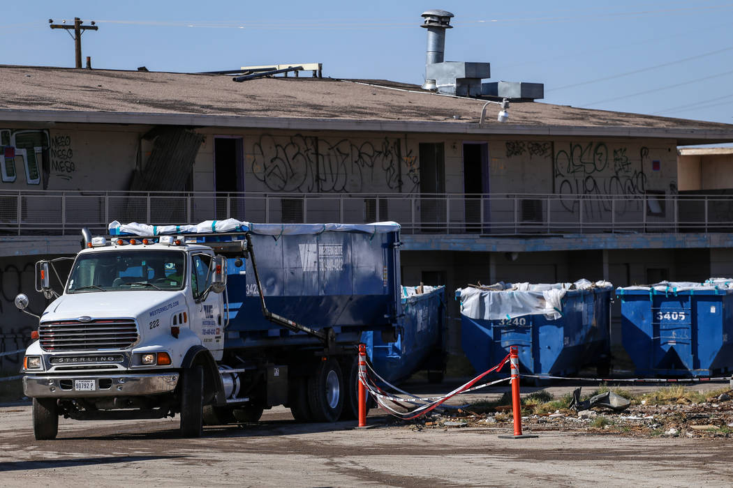 Un camión va en reversa para vaciar un contenedor que se llenará mientras los equipos limpian los restos del demolido Moulin Rouge en Las Vegas, el jueves 19 de octubre de 2017. Joel Angel Juár ...