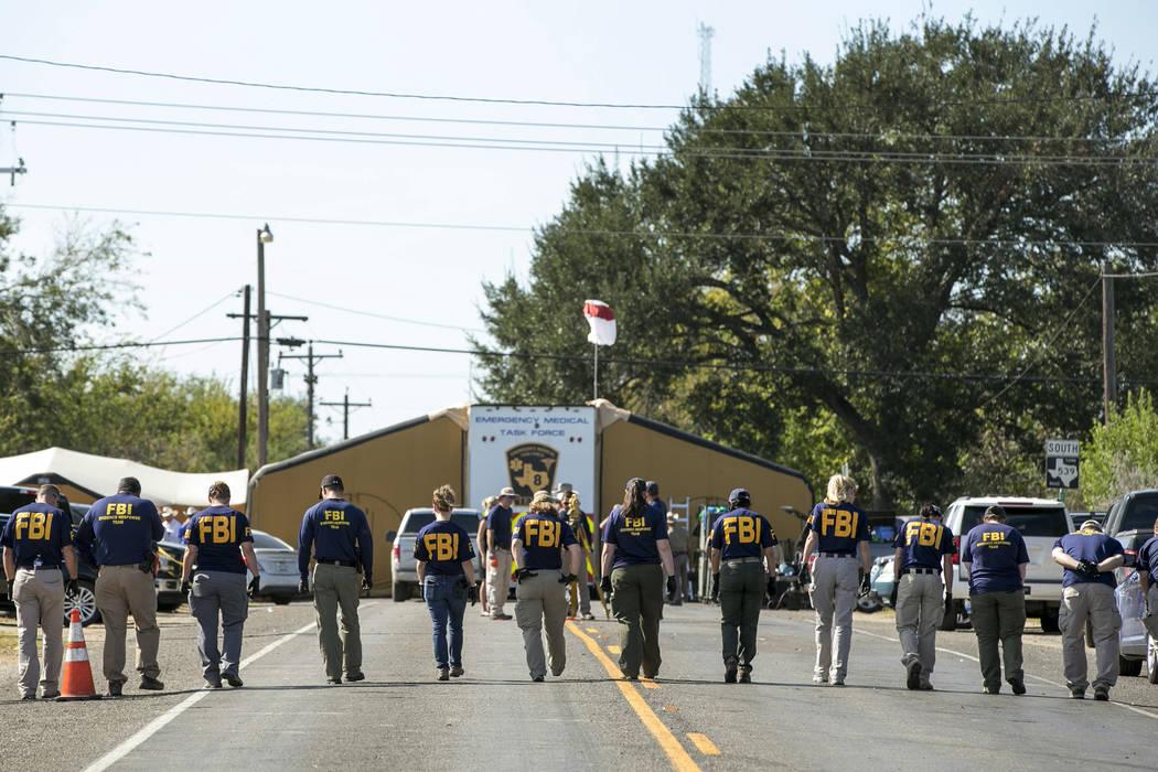 Agentes del FBI buscan evidencia en un camino cerca de First Baptist Church en Sutherland Springs, Texas el lunes 6 de noviembre de 2017. Foto Jay Janner / Austin American-Statesman vía AP.