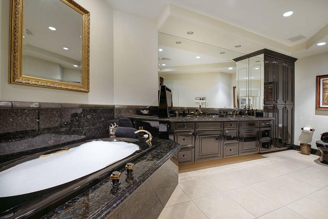 The second master bath. (Synergy|Sotheby's International Realty)
