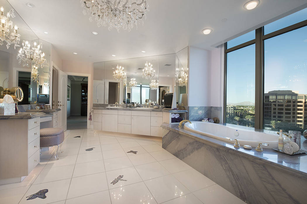 The master bath. (Synergy|Sotheby's International Realty)