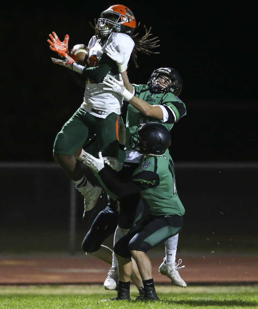 Mojave's Noah Thompson (10) catches a pass during the Class 3A state quarterfinal game at Virgin Valley High School in Mesquite on Thursday, Nov. 9, 2017. Mojave defeated Virgin Valley 46-20. Chas ...