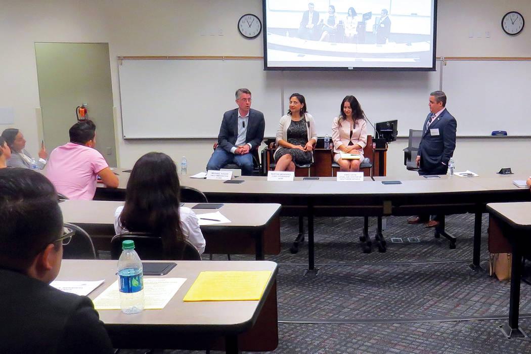 Abogados y docentes de UNLV realizaron un foro informativo para los estudiantes beneficiarios de DACA que asisten a la Universidad de Nevada Las Vegas. Sábado 16 de septiembre en UNLV.   Foto Ant ...