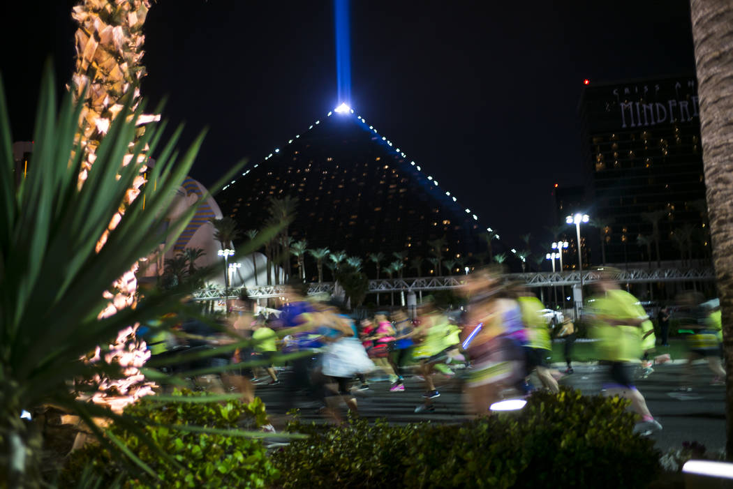 Race participants pass by the Luxor during the Rock 'n' Roll Marathon in Las Vegas on Sunday, Nov. 12, 2017. Chase Stevens Las Vegas Review-Journal @csstevensphoto